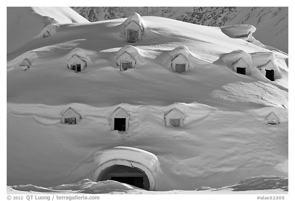 picture of an igloo fileeskimo building an igloo completing the first layer an of igloo picture